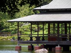 池にうかぶ涼亭